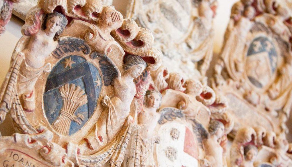 Particolare di antico stemma degli scolari in Cortile Antico