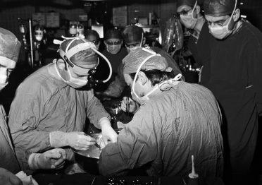 Vincenzo Gallucci e la sua équipe al lavoro in sala operatoria