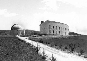 I due corpi del complesso dell'Osservatorio di Asiago in una foto del giugno 1942 (Collezioni digitali Phaidra)