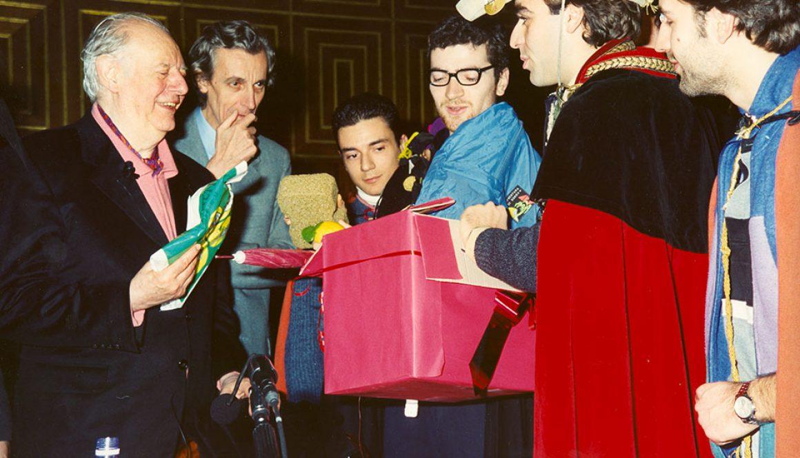 Dario Fo con i goliardi nel 1998